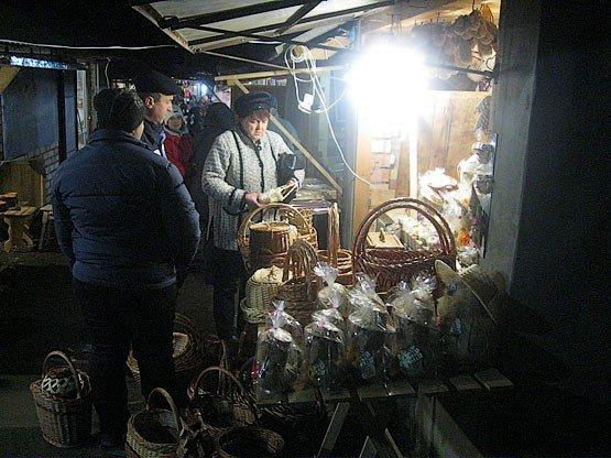 Нічний ринок вишиванок у Коломиї став центром притягання туристів (фото+відео)