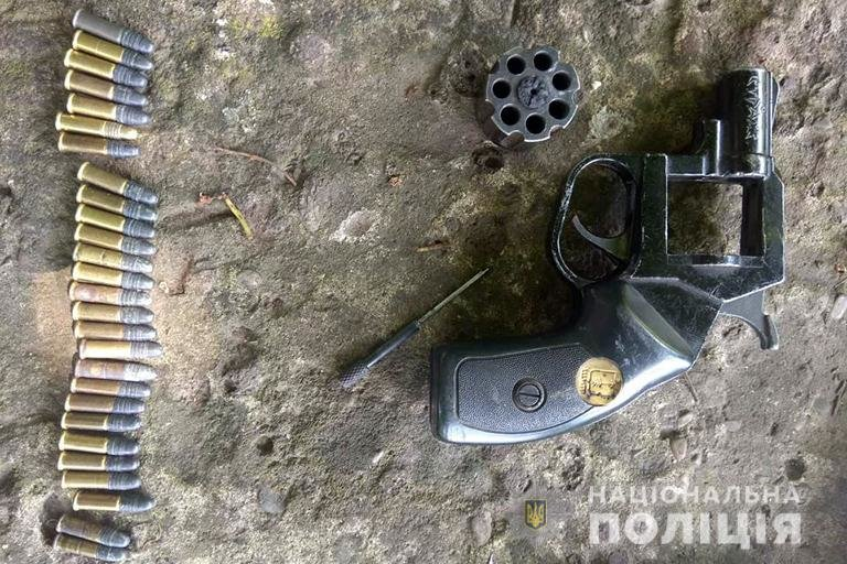 У двох прикарпатців вилучили зброю та набої